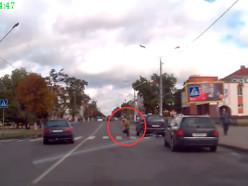 Пенсионера на пешеходном переходе объехали с разных сторон
