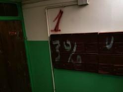 Солигорские школьники пришли в гости к приятелю и разрисовали подъезд