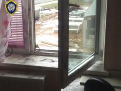 Женщина разбилась, пытаясь выбраться из квартиры на связанных простынях
