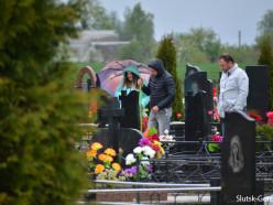 Случчане посещают могилы своих родственников. Фото