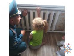 Сотрудники МЧС освободили руку девочки, зажатую в радиаторе отопления