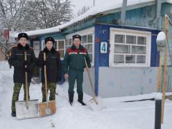 БРСМ, сотрудники МЧС и кадеты помогали расчищать снег ветеранам