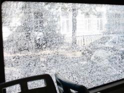 Разбил камнем стекло автобуса
