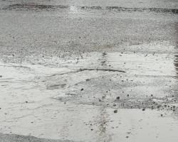 Фотофакт: ямочный ремонт, который делали перед приездом президента, «развалился».