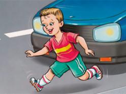 Во дворе 5-летний мальчик внезапно выбежал из-за машины