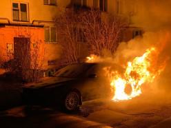 Ночью в центре Слуцка неизвестный поджёг машину