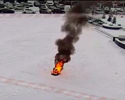 В Башкирии мужчина поджёг себя на городской площади. Видео 18+