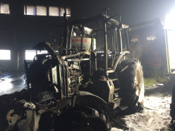 На мехдворе в деревне Вежи сгорел трактор. Фото