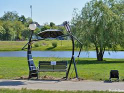 Фотофакт: на «аллее фонарей» установили кованые скамейки и урны