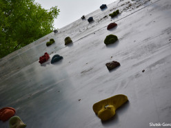 Фотофакт: в слуцком парке монтируют скалодром