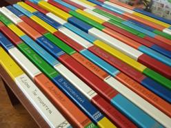 Скамейки возле слуцкой библиотеки покрасили «в книги». Фото