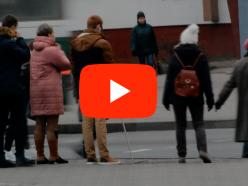 Помогут ли слепому на улице? В Слуцке провели социальный эксперимент