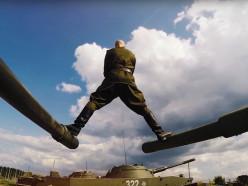 Ответ Ван Дамму: Алексндр Солодуха сел на шпагат между танками