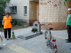 Жильцы минской многоэтажки установили во дворе памятник совести коммунальных служб