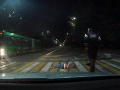 В Солигорске мужчина спал прямо на пешеходном переходе. Видео