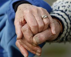 В Слуцке у пенсионера сняли с руки золотое кольцо. Прямо в подъезде