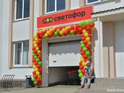 Магазин «Светофор» перед открытием. Мы запечатлели цены, чтобы вы знали, нужно ли туда идти.