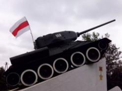 Бело-красно-белый вывесили на танке
