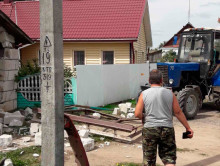 В Слуцком районе тракторист въехал в гараж и повредил стоящую там машину
