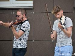 Скрипачи из Борисова снимают влог на улицах Слуцка. Видео