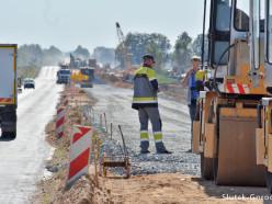 На новом участке трассы Р23 между Слуцком и Солигорском началась укладка покрытия
