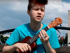 14-летняя случчанка играет англоязычные каверы на укулеле. Видео