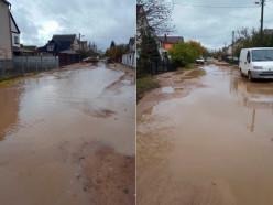 «На байдарках плаваем». Жители 3-го переулка Урицкого жалуются на огромные лужи