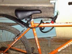 Кража велосипеда и разбитая поленом машина