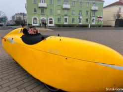«Жёлтая ракета полетела». Кто такой немец Jascha и почему он едет по Беларуси на веломобиле
