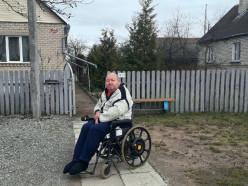 «По этим улицам даже машины с трудом едут». Почему инвалид-колясочник не может увидеть внука, живущего в 15 минутах ходьбы от его дома