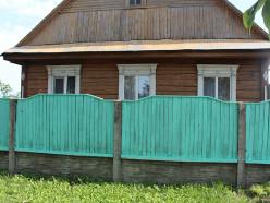 На улицах Ленина и Копыльской покрасили и отремонтировали более 4 км заборов частных домовладений