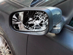 В деревне Лядно два несовершеннолетних хулигана разбили зеркала шести машин