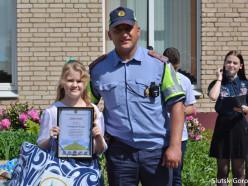 На линейке в 6-й школе школьницу поздравили за второе место в конкурсе по безопасности движения