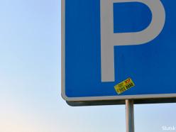 Наклейки на дорожных знаках Слуцка. «Зачем гадить там, где мы живём?»